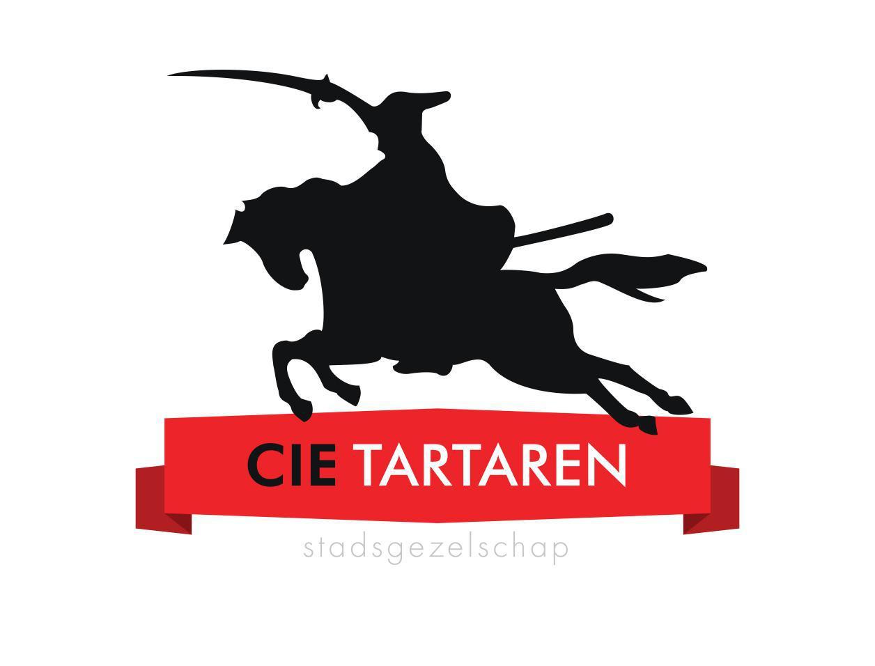 een zwarte afbeelding van een ridder op een paard die in galop en met getrokken zwaard ten strijde trekt wordt gefklankeerd door een rode banner waarop de woorden cie Tartaren staan.